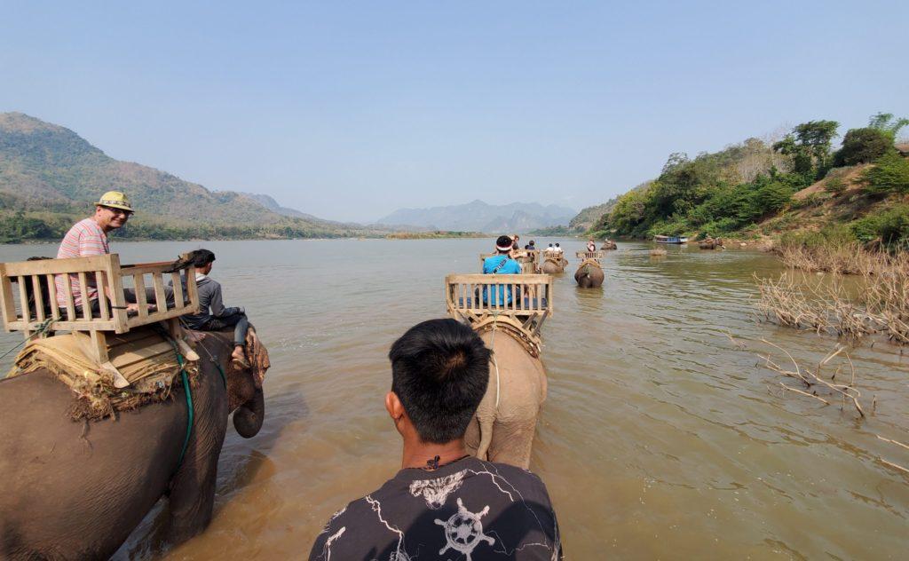 象使い川遊び